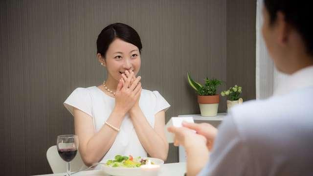 婚約指輪の渡し方! 彼女が喜ぶサプライズなプレゼント方法5パターン