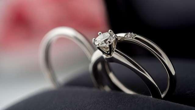 婚約指輪はどこで買う? 参考にしたい先輩カップルの購入事情